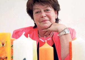 Marlies Jauk arbeitet auch nach ihrer Pension noch weiter: Sie recycelt Kerzen. Bild: Robin Bisping